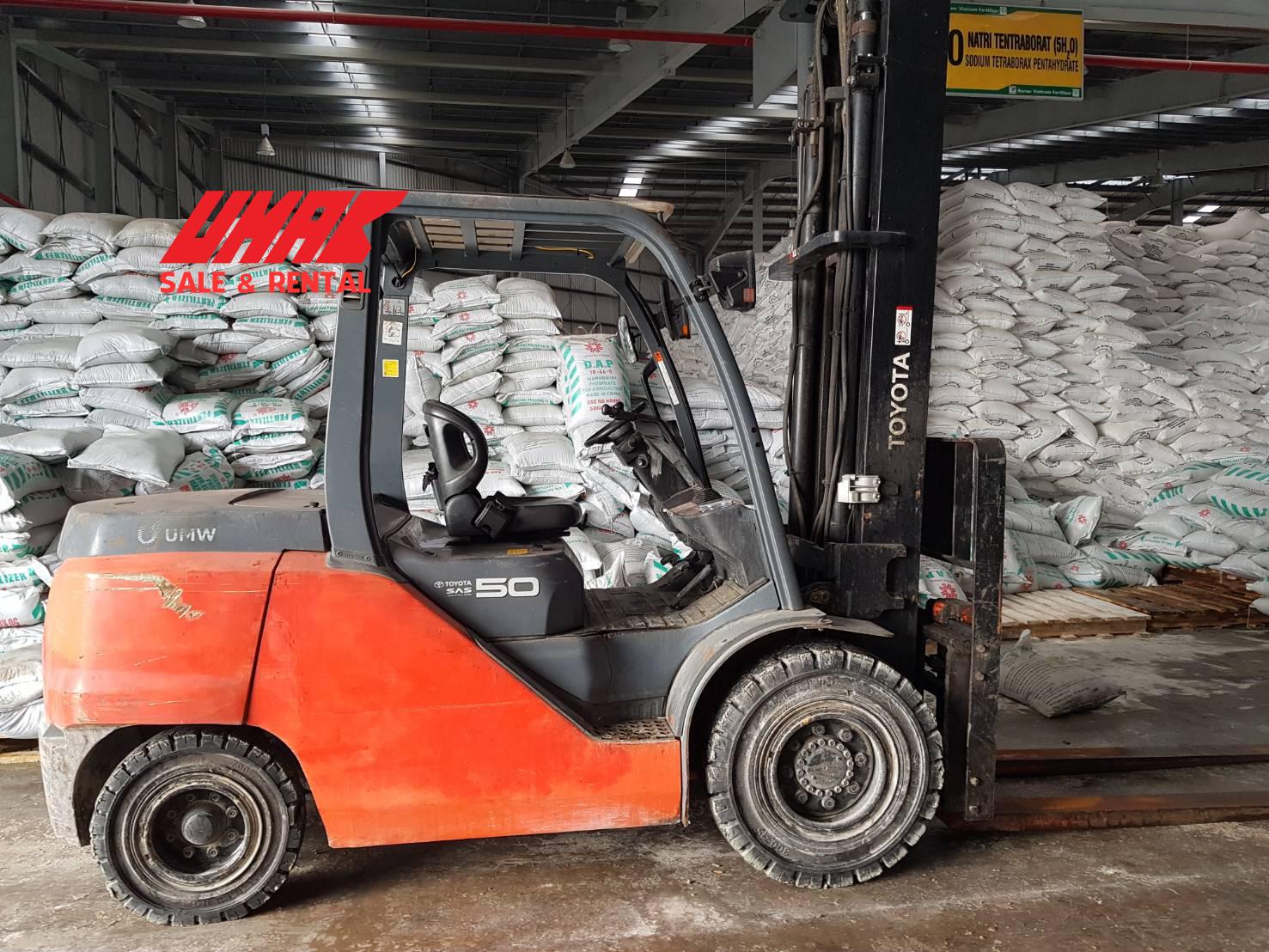 Xe nâng hàng 5 tấn Toyota làm việc trong nhà máy