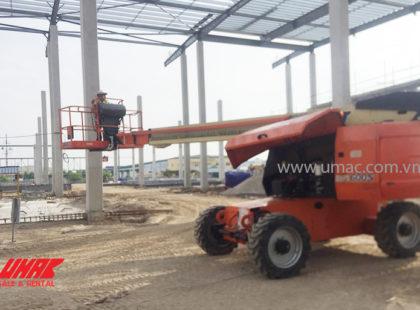 Xe nâng người đang thi công xây lắp kết cấu thép
