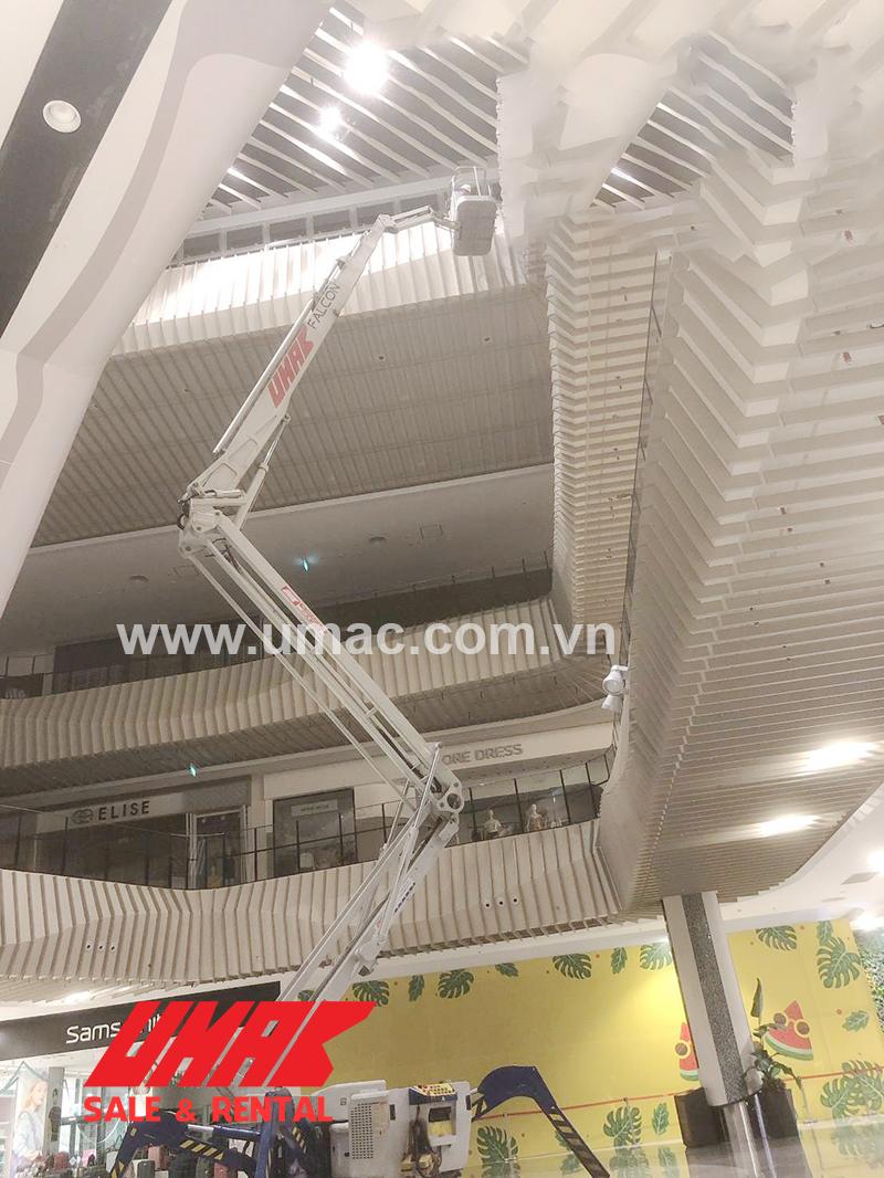 Xe nâng người chân nhện làm việc tại AEON Mall Hà Đông
